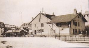 Station du chemin de fer de Renens de 1855 à 1908. Jusqu'en 1888, le bureau du chef de gare et la salle d'attente se trouvaient dans le baraquement, sous la passerelle. (Source J.-C. Marendaz)