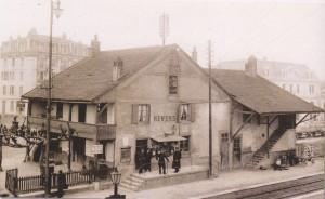 La station de Renens (ferme agricole achetée en 1888) avec le personnel d'exploitation sur le perron.  (Source J.-C. Marendaz)