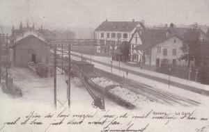 Station de chemin de fer de Renens de 1855 à 1908 et le quai de chargement avec la passerelle et la cabane en bois où l'on pouvait déposer le courrier. (Source J.-C. Marendaz)