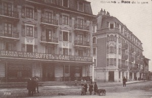 Le buffet de la Gare avec la réclame pour la bière de Bâle. Au second plan, le bureau de poste jusqu'en 1964. (Source J.-C. Marendaz)