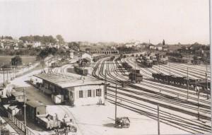 """Gare aux marchandises """"petite vitesse"""" et transbordement avec le dépôt des locomotives en 1908. (Source J.-C. Marendaz)"""